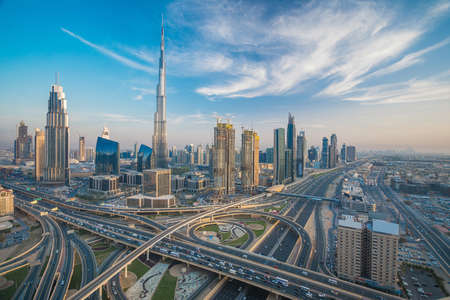 Horizonte de Dubai con hermosa ciudad cerca de su carretera más transitada en el tráfico Foto de archivo - 64701678
