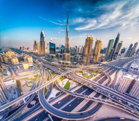 Skyline di Dubai con bella città vicino alla sua autostrada più trafficata sul traffico Archivio Fotografico - 64701681