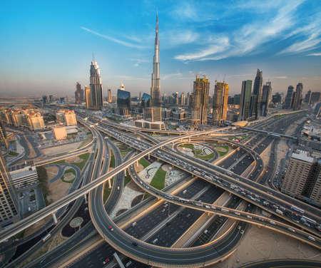트래픽에 그것의 가장 바쁜 고속도로에 가까운 아름 다운 도시와 두바이 스카이 라인 스톡 콘텐츠 - 64701688