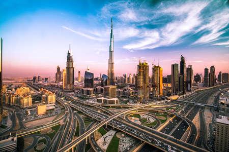 Dubai skyline con una bella città, vicino ad esso è più occupato autostrada del traffico Archivio Fotografico - 64701689