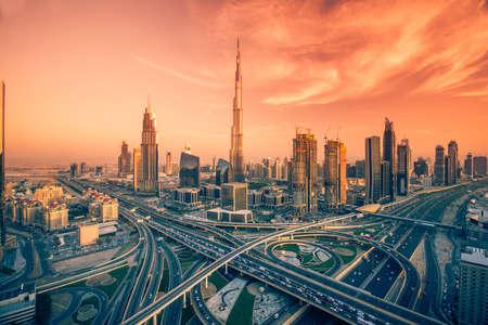Horizonte de Dubai con hermosa ciudad cerca de su carretera más transitada en el tráfico Foto de archivo - 64701690