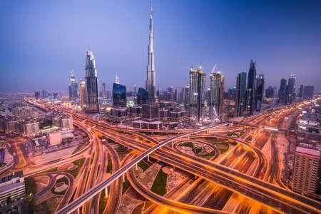 Dubai horizonte con hermosa ciudad, cerca de la carretera que es de mayor actividad en el tráfico Foto de archivo - 64701776