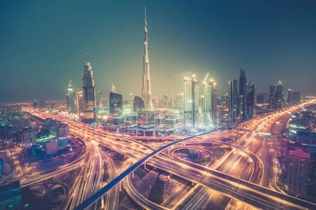 Skyline di Dubai con bella città vicino alla sua autostrada più trafficata sul traffico Archivio Fotografico - 64701777