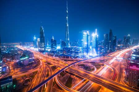 Dubai horizonte con hermosa ciudad, cerca de la carretera que es de mayor actividad en el tráfico Foto de archivo - 64701778