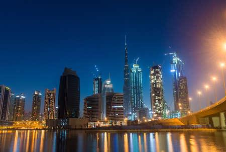 Vista de horizonte de Dubai en la bahía de negocios Foto de archivo - 64701780