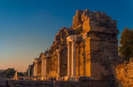 columnas romanas: Antiguas ruinas en Side (Turquía) a la puesta del sol