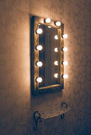espejo: Mujer lugar de maquillaje con espejo y estante vacío Foto de archivo
