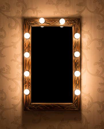 Lugar maquiagem da mulher com espelho e lâmpadas