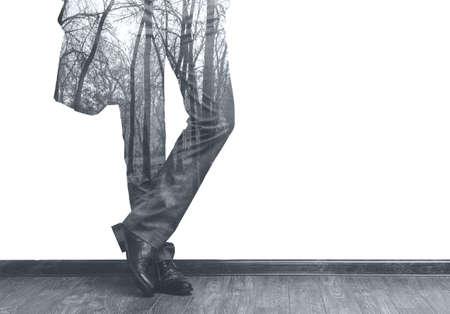 exposicion: piernas del hombre de negocios de moda joven en traje clásico y bosques doble exposición b  w imagen Foto de archivo
