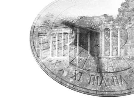 reloj de sol: reloj de sol de mármol y doble exposición columna edificio viejo blanco y negro Foto de archivo