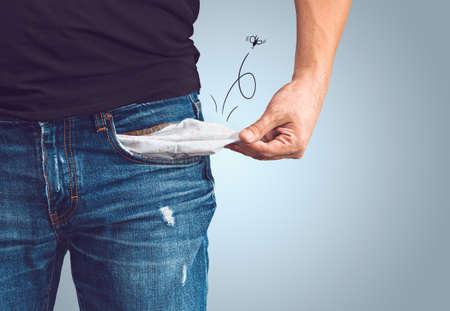 hombre pobre: Pobre hombre en pantalones vaqueros con el bolsillo vacío y el concepto dibujado mosca