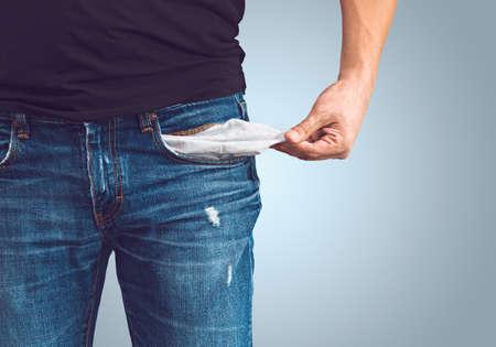 hombre pobre: Pobre hombre en pantalones vaqueros con el bolsillo vacío Foto de archivo