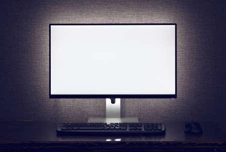 キーボードとバックライト暗い部屋で灰色の壁の上にマウスで空白のモニター