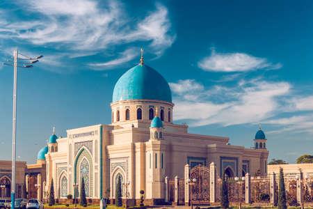 Mooie Moskee (islamitische tempel) bij zonsondergang over blauwe hemel
