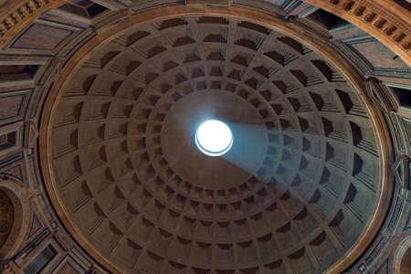 Dôme de plafond du Panthéon avec trou au milieu Banque d'images