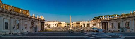 Panorama di Piazza San Pietro con molti turisti, Vaticano, Roma, Italy