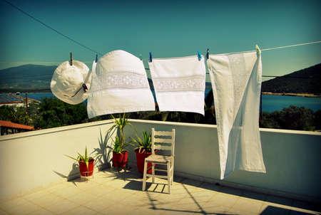 Vers gewassen wasgoed drogen op een zomerbries.