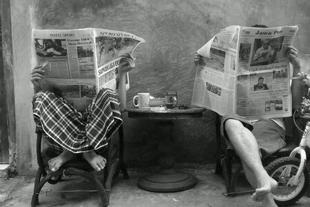 신문을 읽는 사람들