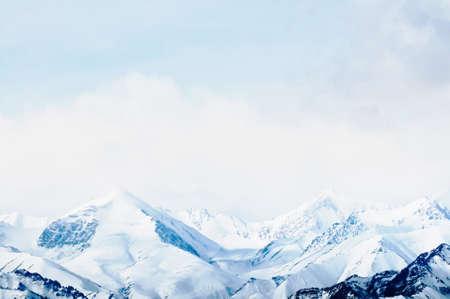 monta�as nevadas: Parte superior de las altas monta�as, cubierto por la nieve. India. Foto de archivo