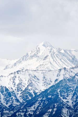 눈으로 덮여 높은 산 꼭대기. 인도. 스톡 콘텐츠 - 9463970