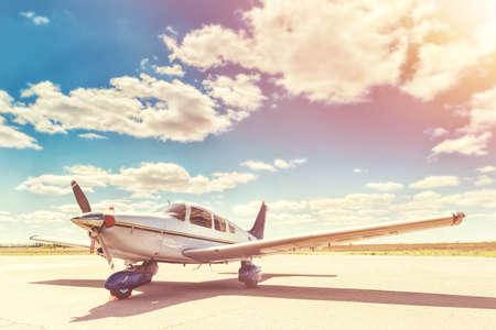 プロペラ飛行機、空港の駐車場します。晴れた日。 写真素材