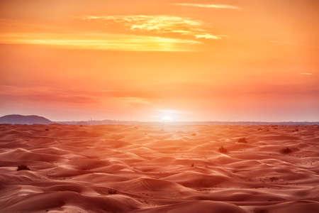 Kleurrijke rode zonsondergang over de woestijn Stockfoto