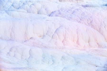 Mur blanc sur travertins, fond texturé dans la réserve Pamukkale. piscines de travertin naturelles et de terrasses à Pamukkale station. Pamukkale ou le château de coton, en Turquie. Banque d'images - 54265167