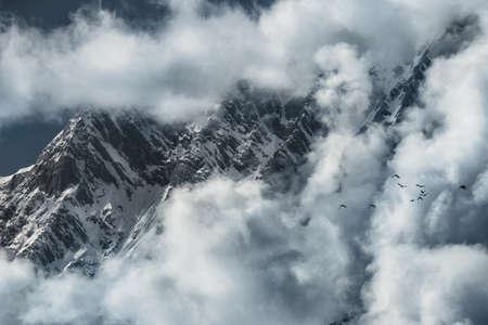 Aube dans les montagnes, quand beaucoup de nuages, glaciers Banque d'images