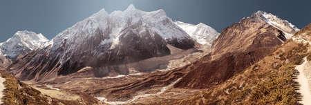 montagne Manaslu couvert par la neige blanche