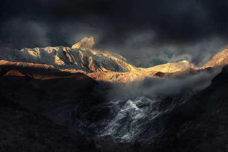 le lever du soleil au feu dans les montagnes Banque d'images