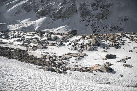 Pierres dans les hautes montagnes rocheuses enneigées