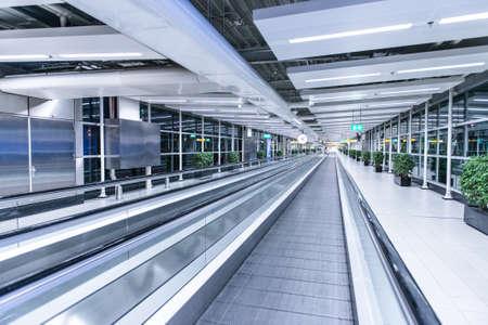 Déménagement waklway dans le terminal de l'aéroport Banque d'images