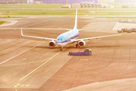 Avion prêt pour le décollage dans un hub de l'aéroport. Avion de passagers commercial lors d'une opération de rappel.