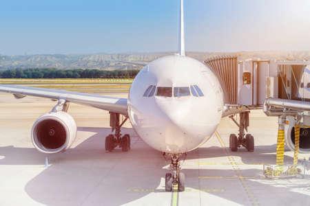 Avion prêt pour l'embarquement dans un hub de l'aéroport. Avion préparé pour un push-back dans un hub de l'aéroport. Banque d'images