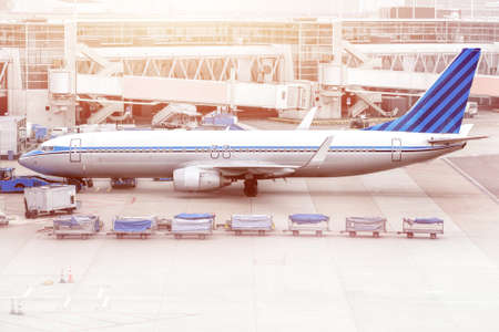 Airplane ready for boarding in a airport hub. Airplane ready for push-back in a airport hub. Banque d'images