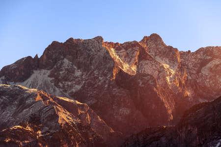 Rayons du coucher du soleil sur le sommet des montagnes - Région de Gokyo, Népal