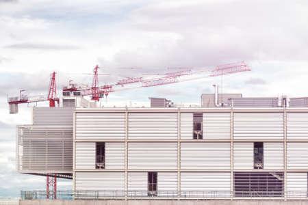 Crane et chantier de construction contre le ciel bleu.