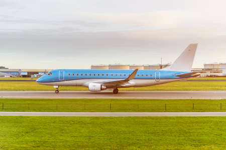 Passenger airplane landing on runway in airport. Banque d'images
