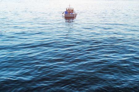 Voilier sur mer bleue, image conceptuelle. Banque d'images