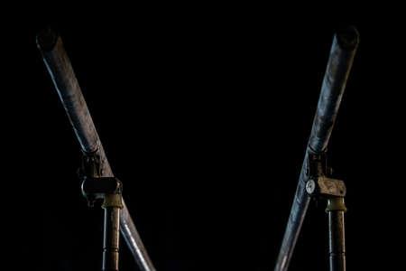 Fermer. Poudre de talcium sur des barres parallèles de gymnastique. Barres parallèles de gymnastique. Isolé sur fond noir,