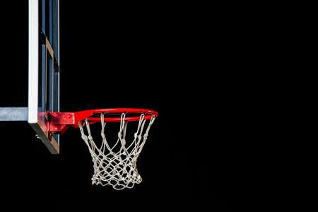 Basketball rouge isolé sur noir. Bague de basketball. Avec un espace de copie. Banque d'images