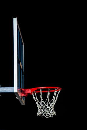 Basketball rouge isolé sur noir. Bague de basketball.