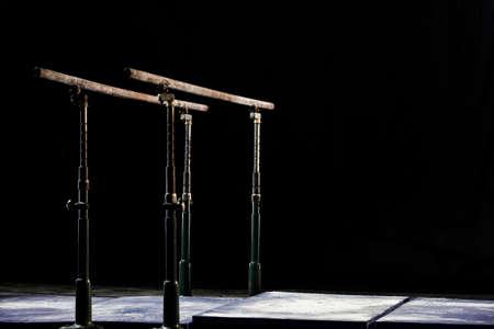 Fermer. Poudre de talcium sur des barres parallèles de gymnastique. Barres parallèles de gymnastique. Isolé sur fond noir, Banque d'images - 79003830
