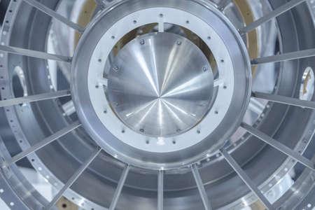 Moteur à turbine. Technologies de l'aviation. Détail du moteur à jet d'avion dans l'exposition. Bleu tonique. Banque d'images - 81101235