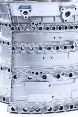 Gros plan des composants du moteur de l'avion pendant la maintenance.