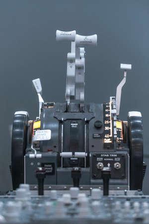 Cockpit d'avion. Pedestal classique avec commandes. Fermer. Isolé sur gris.