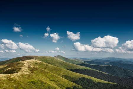 Paysage d'automne. Vue sur l'automne des monts verts des Carpates, la route de la montagne se déroule sur les collines verdoyantes sur le paysage du coucher du soleil. Banque d'images - 81996237