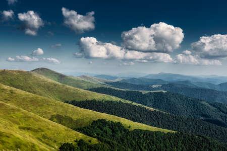 Paysage d'automne. Vue d'automne des montagnes verdoyantes des Carpates, au sommet des collines verdoyantes sur le paysage du coucher du soleil sous un ciel nuageux bleu. Banque d'images - 81996240