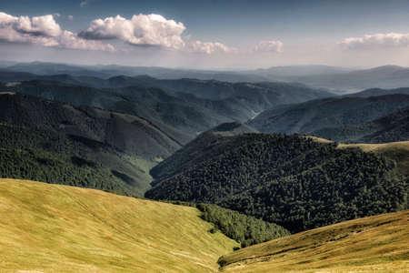 Paysage d'automne. Vue d'automne des montagnes verdoyantes des Carpates, au sommet des collines verdoyantes sur le paysage du coucher du soleil sous un ciel nuageux bleu. Banque d'images - 82056129