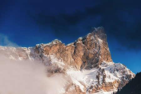눈으로 덮여 높은 산의 정상입니다. 밝고 화창한 날에 겨울 산입니다. 흐린 하늘 알프스 산 풍경입니다. 스톡 콘텐츠 - 98829790